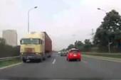 Kinh hãi: Xe container chạy ngược chiều trên đại lộ Thăng Long
