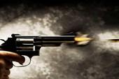 2 nhóm côn đồ nổ súng, thanh niên đi ngang qua tử vong