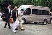 Ông Đặng Lê Nguyên Vũ đeo giỏ xuất hiện tại tòa TP.HCM