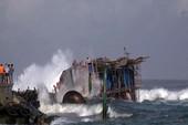 44 thuyền viên gặp nạn lúc đưa tàu đi tránh bão
