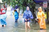 Chùm ảnh: Khách Tây bì bõm lội nước ở Hội An