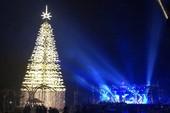Cây thông pha lê cao nhất Việt Nam đón Noel