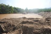 Phá đập cứu xe múc khiến bùn thải chảy ra sông