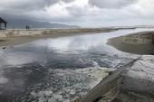 Kinh hãi: Nước thải đen ngòm tuồn ra biển Đà Nẵng