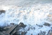 Sóng biển cuốn tử vong 2 nữ sinh đi dạo bờ biển