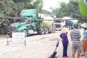 Sợ chết vì ô nhiễm, dân rào đường chặn xe ben