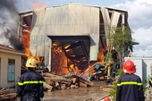200 khối gỗ quý trong xưởng gỗ bốc cháy dữ dội