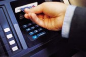 Mất tiền vì dán mật khẩu sau thẻ ATM