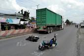 Container nghiền nát xe máy ở Tiền Giang