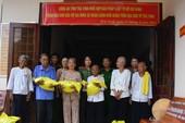 Pháp Luật TP.HCM và Công an Trà Vinh trao quà cho người nghèo