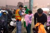 Phát áo mưa miễn phí cho dân qua hầm sông Sài Gòn