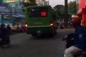 Đình chỉ tài xế lái xe buýt leo lề giữa trung tâm TP