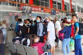 Chùm ảnh: Xếp hàng gửi xe, mua vé về quê dịp giỗ tổ Hùng Vương