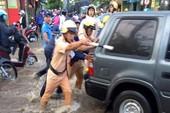 CSGT quận 12  giúp dân  'cứu' xe chết máy qua điểm ngập