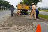 CSGT truy xe tải làm rơi bùn đất ở Bình Tân để phạt