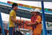 Tổ công tác của tàu SAR tặng áo phao cho ngư dân