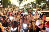 Clip dòng người Sài Gòn nườm nượp xuống phố đón Noel