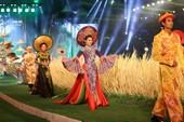 'Hồn Việt' hội tụ trong tà áo dài của NTK Tuấn Hải
