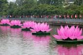7 đóa sen khổng lồ 'mọc' trên kênh Nhiêu Lộc mừng Phật đản