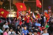 Người dân TP.HCM xuống đường ăn mừng chiến thắng của tuyển VN