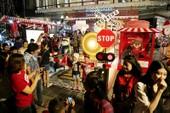 Người Sài Gòn rộn rã xuống phố đón Noel sớm