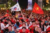 Cờ Việt - Hàn tung bay trên phố đi bộ cổ vũ đội tuyển