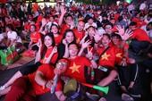 Hàng ngàn người đổ về phố đi bộ cổ vũ đội tuyển VN