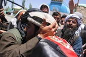Sốc: Taliban bắt tay, ôm lực lượng Afghanistan, IS 'phá đám'
