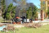 Xe Mazda bán tải cháy rụi trước cổng viện kiểm sát
