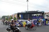 Xe tải chở bia bung thùng, người dân gom giúp tài xế