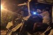 Giải cứu tài xế kẹt trong cabin sau tai nạn