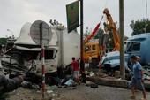Container cày dải phân cách, lao vào xe tải
