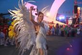 Ngắm dàn người đẹp diễu hành trên đường phố Đồng Hới