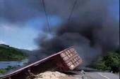 Container lao xuống vực, bốc cháy dữ dội
