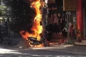Trụ điện bất ngờ phát hỏa, xe máy đùng đùng cháy theo