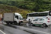 Taxi va chạm với xe tải, 3 người bị thương