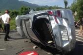 Phá cửa ô tô lật trên quốc lộ để cứu người