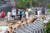 Nhà xưởng cháy dữ dội, người dân giúp di dời tài sản