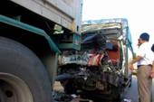 Va chạm xe đầu kéo, tài xế, phụ xe tải tử vong trong cabin