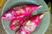 Vì sao cá biển kho xong chuyển sang màu hồng đỏ?