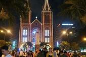 Hàng ngàn người đổ về nhà thờ Đức Bà trước đêm Noel