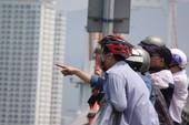 Người Đà Nẵng lên cầu Thuận Phước ngắm tàu sân bay Mỹ