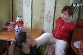 Người phụ nữ Ukraine dùng chân trang điểm cho khách