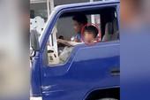 Clip:Bé trai lái xe tải chạy băng băng trên phố Sầm Sơn