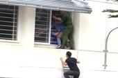Giây phút giải cứu sinh viên nhảy lầu vì điểm thấp