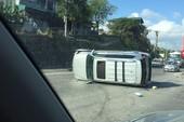Ô tô chạy tốc độ cao bị lật ngang sau vụ va chạm