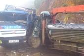 5 người kẹt trong hai xe tải đâm nhau