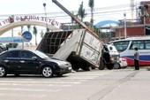 Cứu người bị kẹt trong xe tải lật