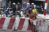 Trẻ ăn xin chèo kéo người đi đường