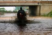Mưa không lớn, hầm chui Đại lộ Thăng Long vẫn ngập